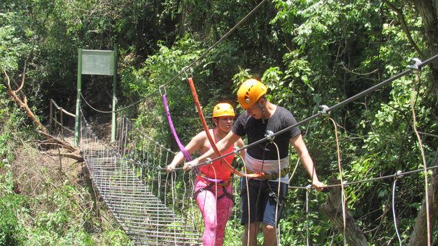 Rondreis Colombia Santander San Gil outdoor hangbrug oversteken