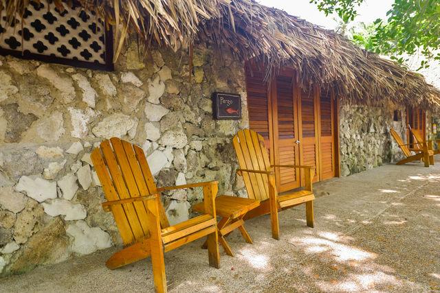 Rondreis Colombia Bolivar Islas Rosario San Pedro de Majagua zitje bij een superior kamer