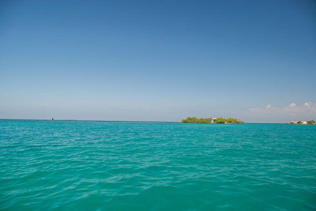 Rondreis Colombia Bolivar Islas Rosario in het voorbij varen