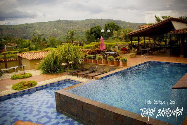 Rondreis Colombia Santander Barichara Terre Barichara overzicht zwembad en bar