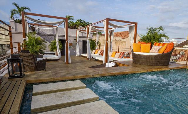 Rondreis Colombia Bolivar Cartagena Ananda boutique loungen op dakterras met zwembad