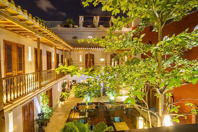 Rondreis Colombia Bolivar Cartagena Ananda boutique mooi verlichte binnenplaats