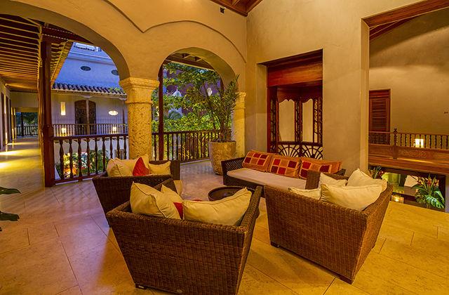 Rondreis Colombia Bolivar Cartagena Ananda boutique zitje op bovenverdieping