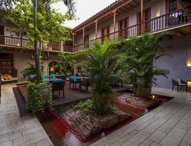 Rondreis Colombia Bolivar Cartagena Ananda boutique binnenplaats met zitje