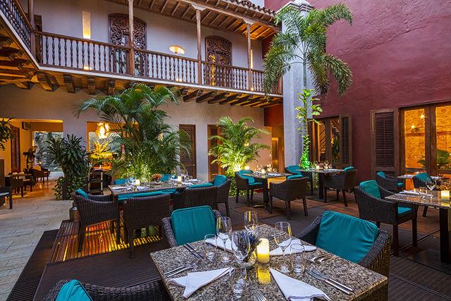 Rondreis Colombia Bolivar Cartagena Ananda boutique sfeervol dineren op de binnenplaats van het hotel