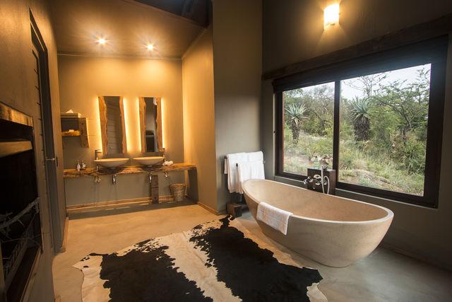 Zuid-Afrika Rhino Ridge Safari Lodge Hluhluwe Game Reserve Bush Villa badkamer