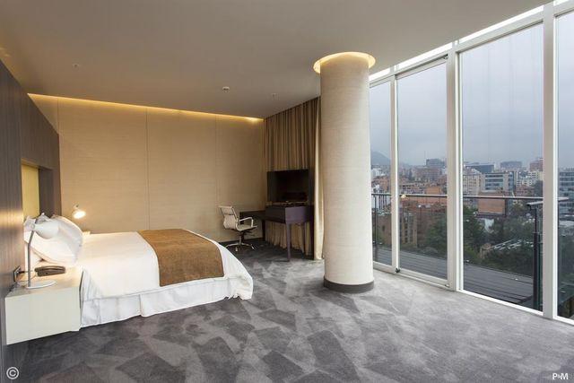 Rondreis Colombia Cundinamarca Bogota Bioxury hotel slaapkamer met uitzicht over de stad