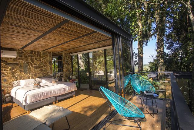 Rondreis Colombia Quindio/Armenia/Bio Habitat slaapkamer met eigen terras en zitje