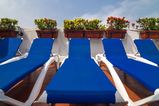 Rondreis Colombia Bolivar Cartagena 3 Banderas ligstoelen op het dakterras