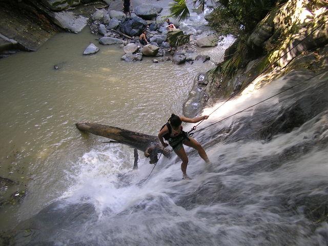 Rondreis Colombia Santander San Gil outdoor extra moeilijk abseilen door waterval heen
