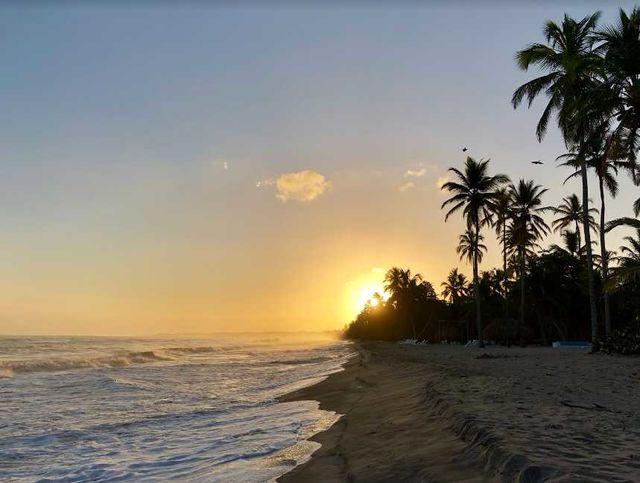 Rondreis Colombia Magdalena Palomino Beach Aite Eco lodge strand bij ondergaande zon