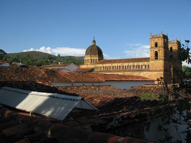 Rondreis Colombia Santander Barichara met kerk op de achtergrond