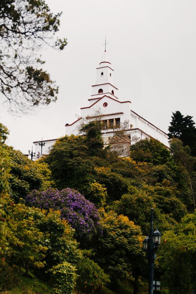 Rondreis Colombia Bogota Monserrate klooster tuin met veel bloeiende bomen