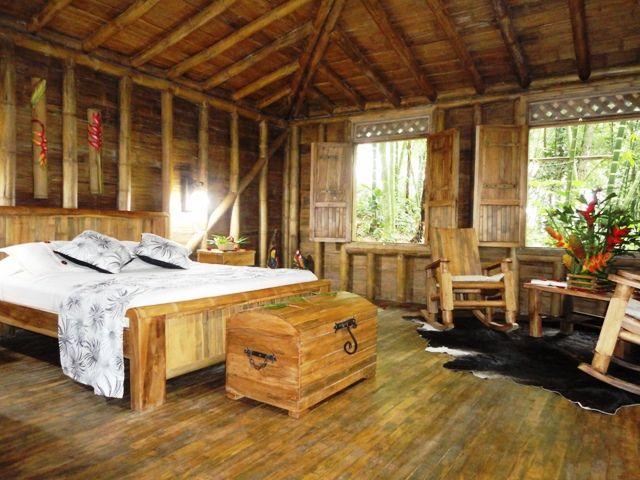 Rondreis Colombia Risaralda Filandia Bosques del Saman Cabana voorbeeld met uitzicht op de jungle