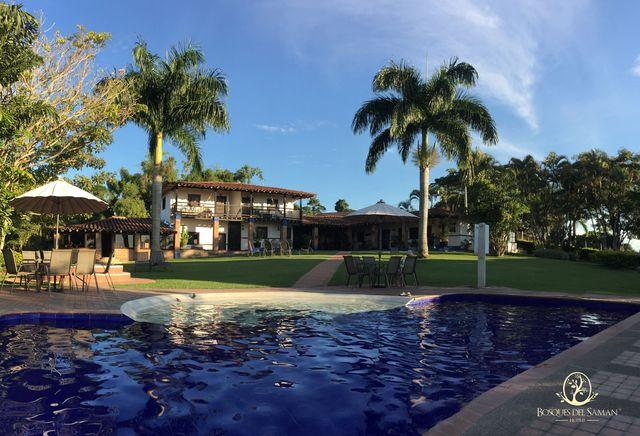 Rondreis Colombia Risaralda Filandia Bosques del Saman zwembad met op de achtergrond een koloniaal huis