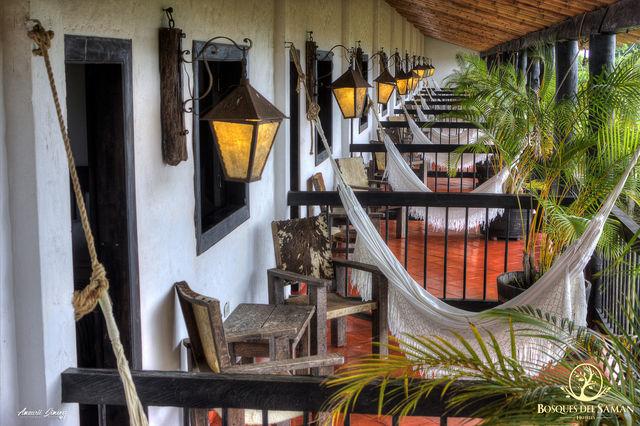 Rondreis Colombia Risaralda Filandia Bosques del Saman Alcala overzicht van de balkons met hangmat