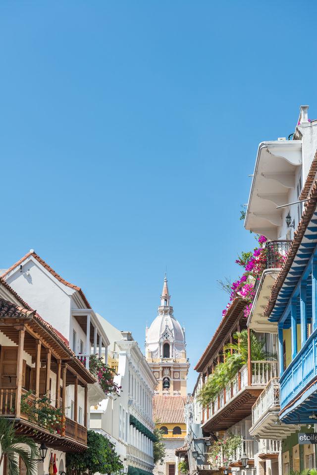 Rondreis Colombia Cartagena bougainvilleas hangen over de balkons naar beneden