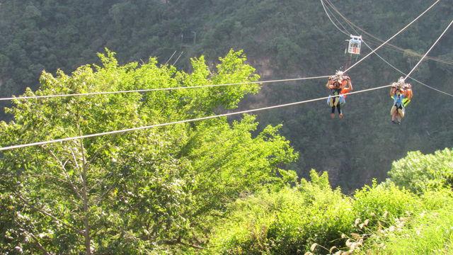 Rondreis Colombia Santander San Gil outdoor Ziplining met op de achtergrond ook nog bungee jumping