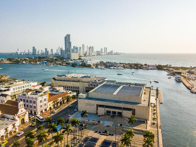 Rondreis Colombia Cartagena luchtfoto met de moderne stad op de achtergrond