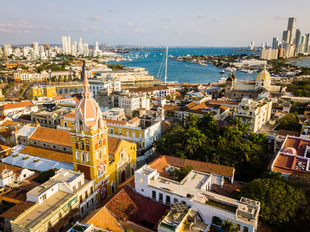 Rondreis Colombia Cartagena de oude stad met daarachter de haven Bahia de las Almas