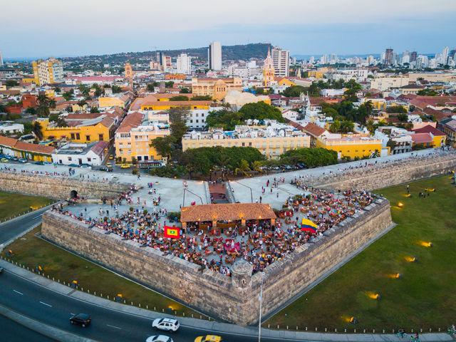 Rondreis Colombia Cartagena loungen bij Cafe del Mar bij zonsondergang