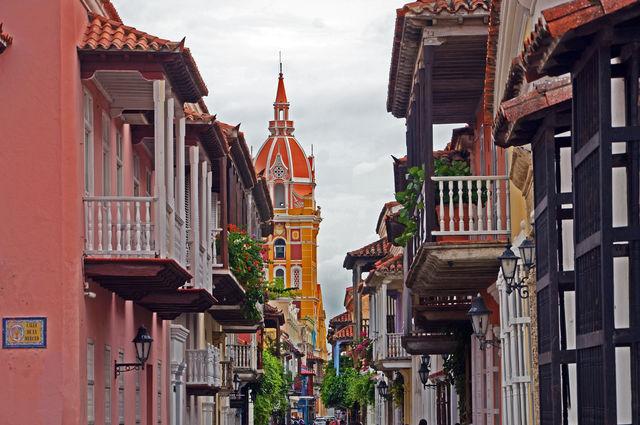 Rondreis Colombia Cartagena straatje met uitzicht op de kathedraal