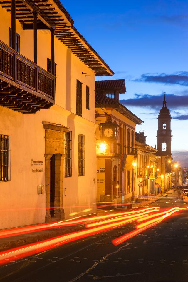 Rondreis Colombia Bogota schemering in La Candelaria met het Museo Botero