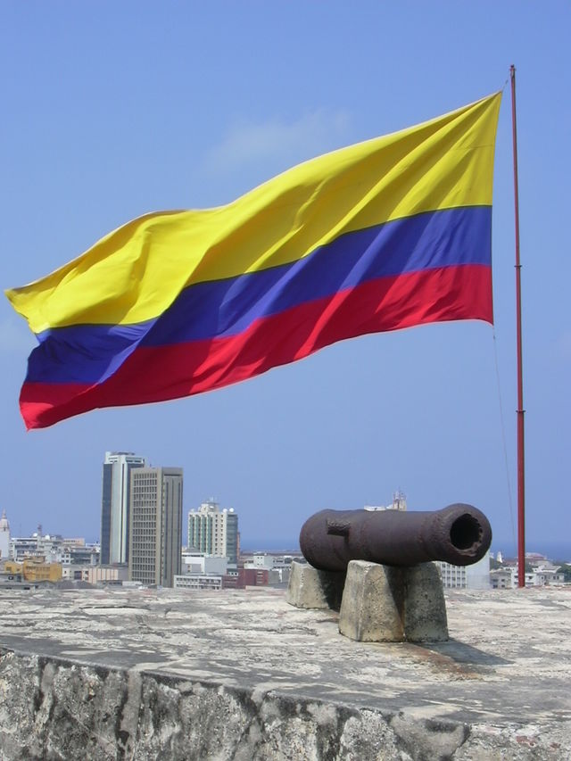 Rondreis Colombia Cartagena stadsmuur met kanon en wapperende Colombiaanse vlag