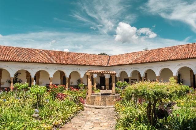 Rondreis Colombia Ricaurte Villa de Leyva een tuin van een hotel