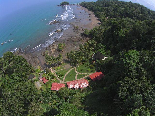 Rondreis Colombia Choco Nuqui El Cantil Ecolodge luchtfoto hotel