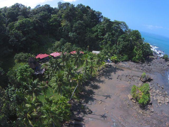 Rondreis Colombia Choco Nuqui El Cantil Ecolodge luchtfoto van voren