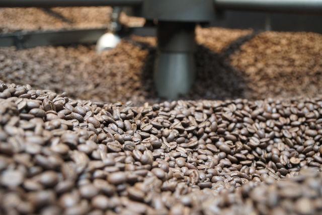 Rondreis Colombia Quindio Koffieregio machine waarin bonen geroosterd en omgeschept worden