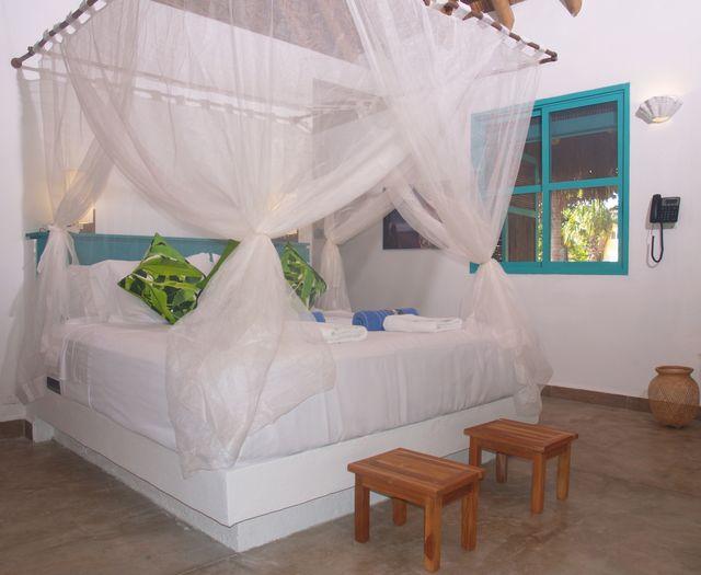 Rondreis Colombia Magdalena Palomino Beach Aite Eco lodge een kamer met hemelbed
