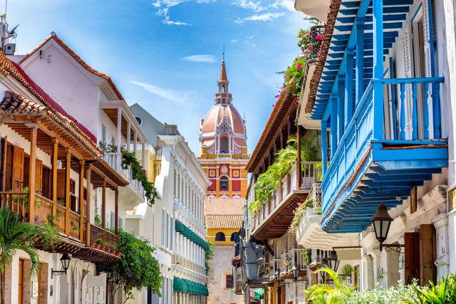 Rondreis Colombia Cartagena kleurrijk straatbeeld met op de achtergrond de kathedraal