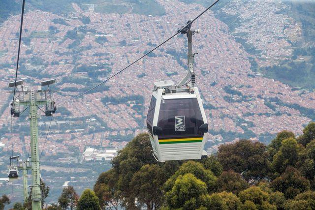 Rondreis Colombia Medellin kabelbaan naar de buitenwijken in de heuvels