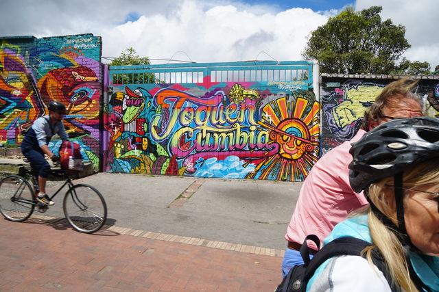 Rondreis Colombia Bogota fietstour graffiti onderweg