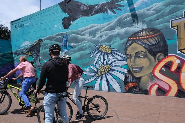 Rondreis Colombia Bogota fietstour uitleg over graffiti kunstwerk
