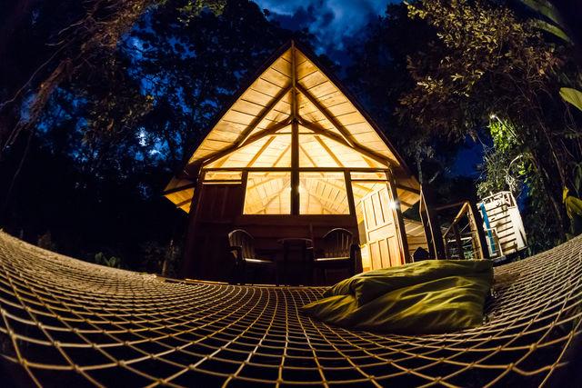 Rondreis Colombia Meta La Macarena Manigua Lodge detail van de cabin bij avondlicht