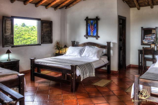 Rondreis Colombia Risaralda Filandia Bosques del Saman superior kamer met dubbel bed