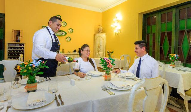 Rondreis Colombia Bogota Hotel de la Opera dineren met een glas wijn