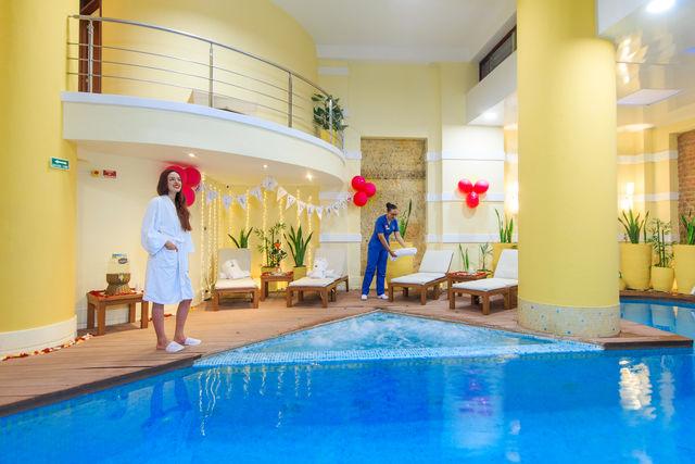 Rondreis Colombia Bogota hotel de la Opera zwembad met mevrouw erbij