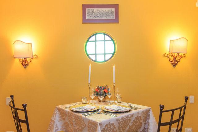 Rondreis Colombia Bogota hotel de la Opera, tafel voor twee