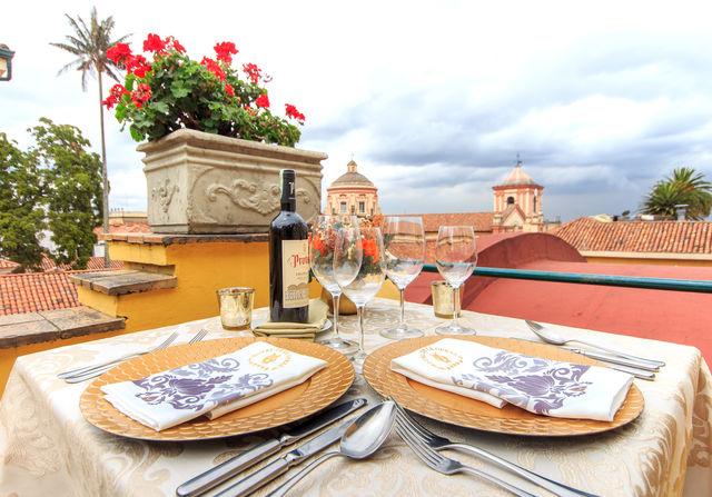 Rondreis Colombia Bogota hotel de la Opera buiten lunchen bij mooi weer