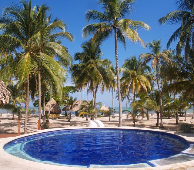 Rondreis Colombia Magdalena Palomino Beach Aite Eco lodge het zwembad met de zee op de achtergrond