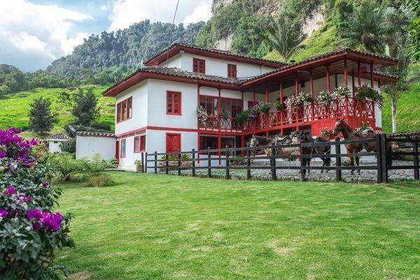 Rondreis Colombia Quindio Manizales Termales la Quinta van de buitenkant gezien