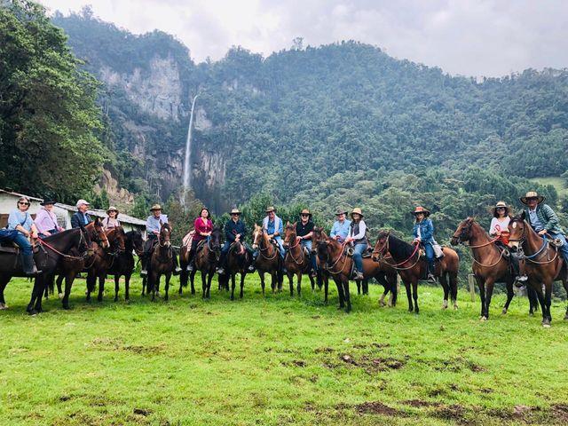 Rondreis Colombia Quindio Manizales Termales la Quinta per paard rijden door de omgeving