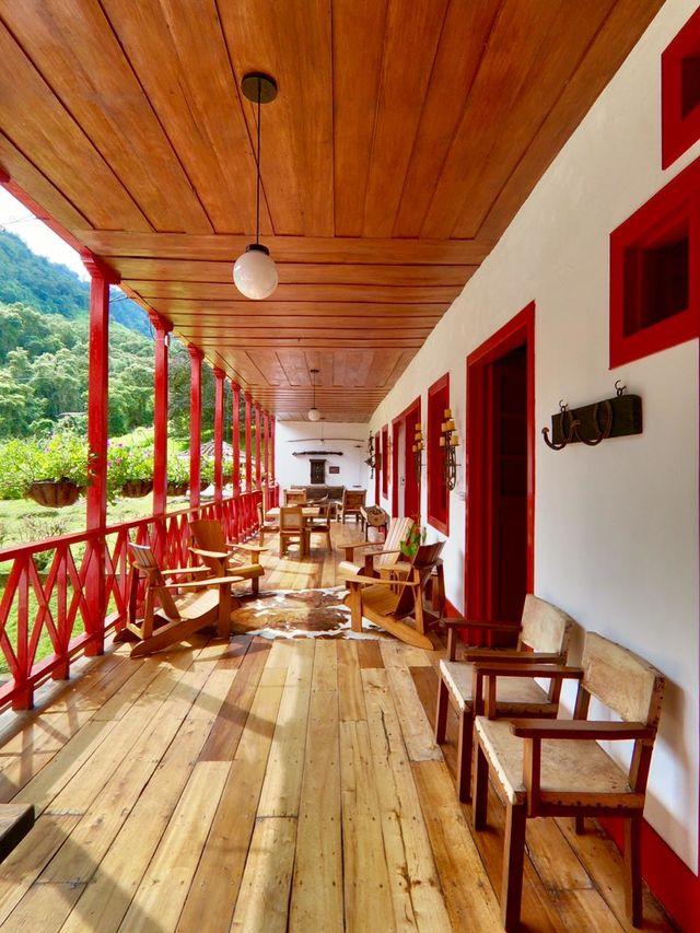 Rondreis Colombia Quindio Manizales Termales la Quinta de veranda van het hotel