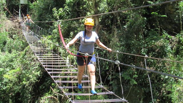 Rondreis Colombia Santander San Gil outdoor stalen brug over ravijn oversteken