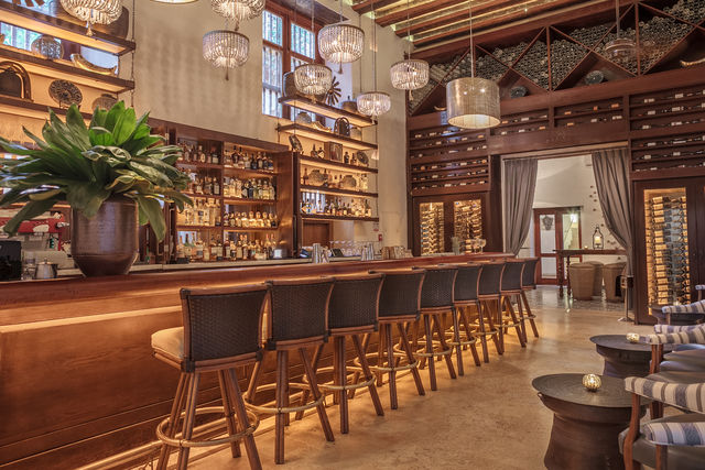 Rondreis Colombia Bolivar Cartagena Casa San Agustin de sfeervolle bar van het hotel