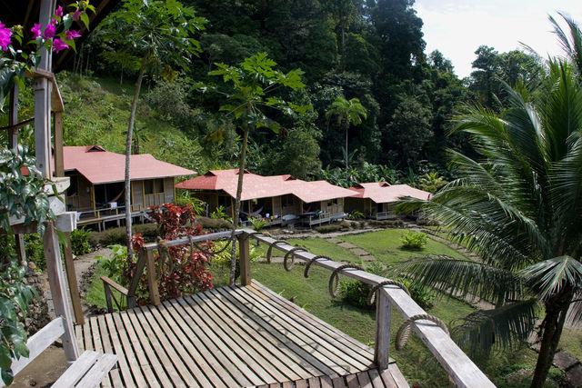 Rondreis Colombia Choco Nuqui El Cantil Ecolodge overzicht over de cabanas met kamers